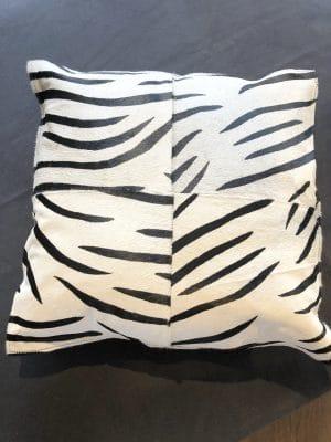 Snygg kudde med zebramönster, konstpäls.